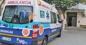 La ambulancia frente al portal donde se encontraba la mujer