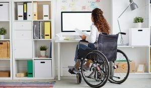 Mujer con discapacidad trabajando beneficios fiscales