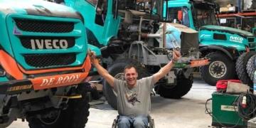 Albert Llovera junto al camión con el que correrá el Dakar