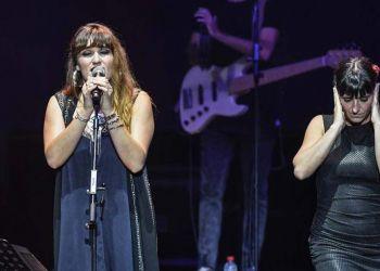 Rozalén en un concierto junto a Beatriz Romero, intérprete de signo