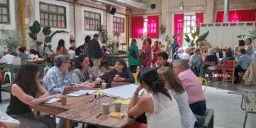 Representantes de entidades sentados en mesas