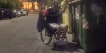 Francisco Zuasti tirando la basura en un contenedor inaccesible