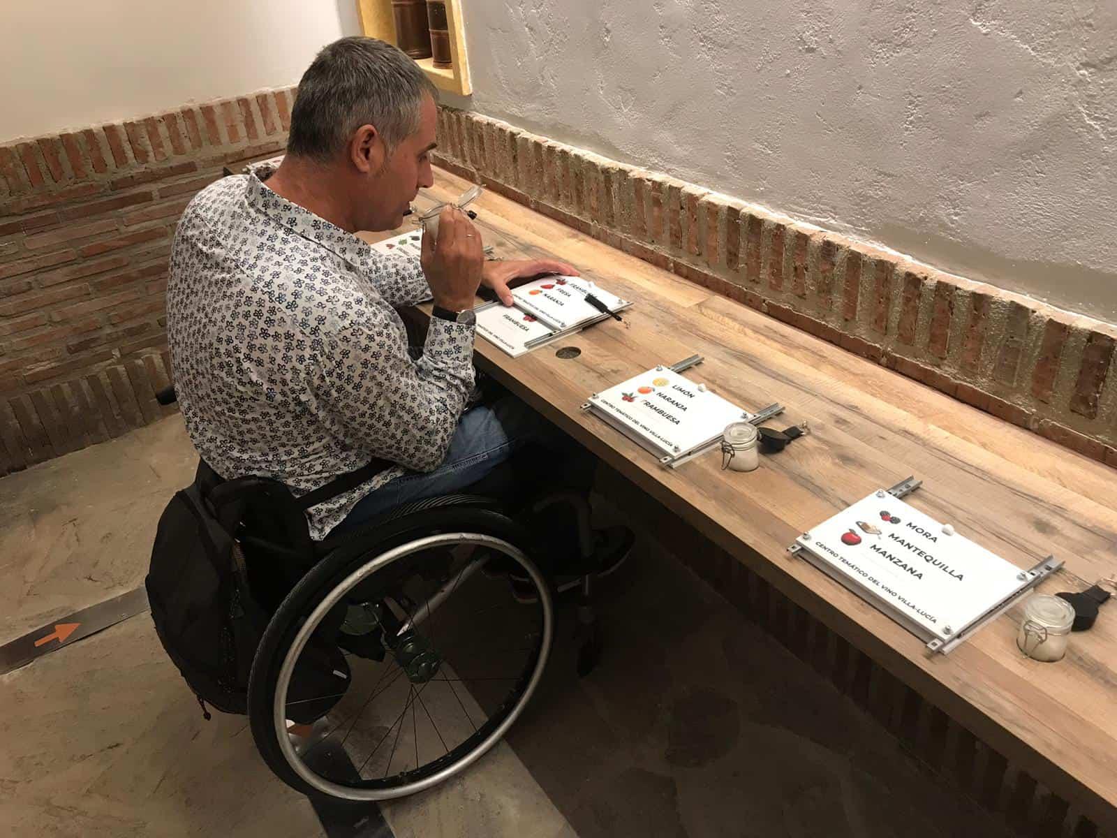 Usuario de silla de ruedas oliendo