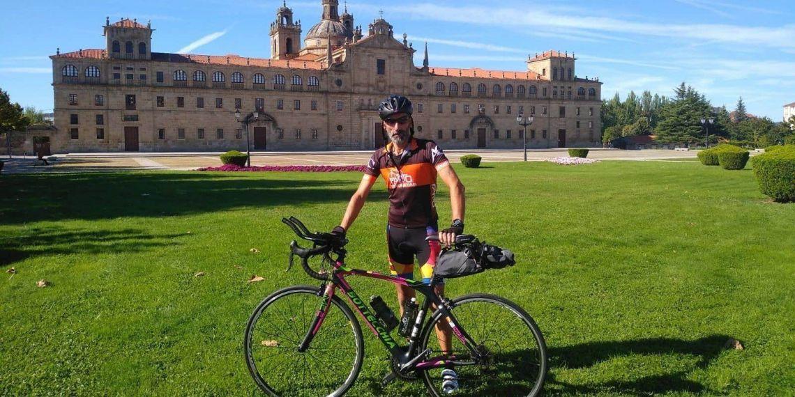 Victor con su bicicleta en una pradera