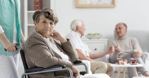 Mujer mayor en un geriatrico