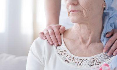 Mujer con pañuelo por cáncer