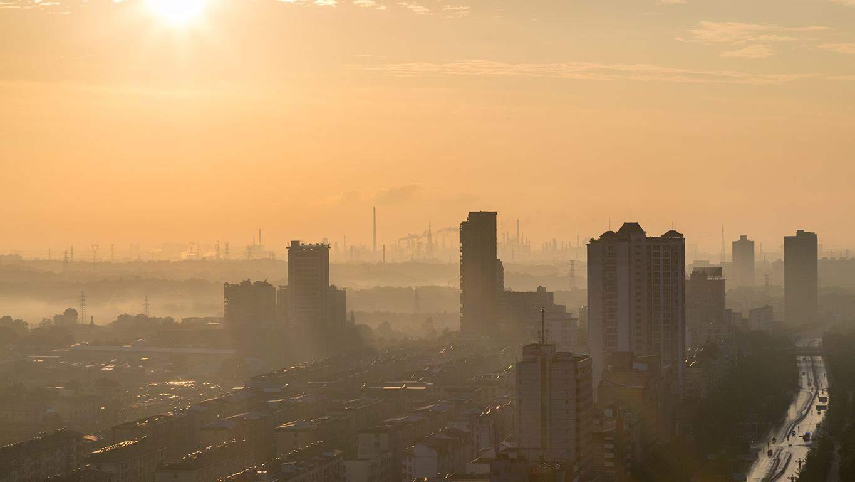 Ciudad con atmósfera contaminada