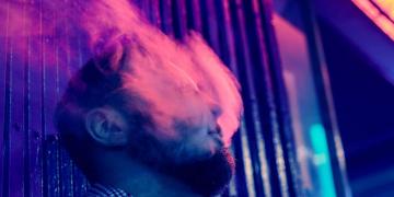 Hombre echando humo por la boca