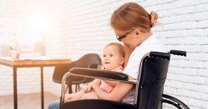 Mujeres con discapacidad y bebé en sus brazos