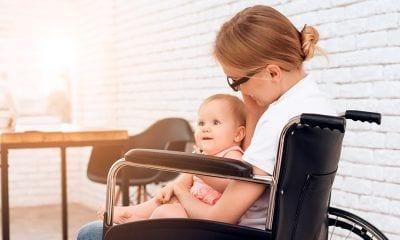 Mujer con discapacidad y bebé en sus brazos