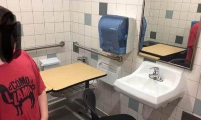 Lucas en el cuarto de baño donde le han colocado el pupitre. Foto: Facebook