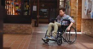Niño en silla de ruedas en el colegio