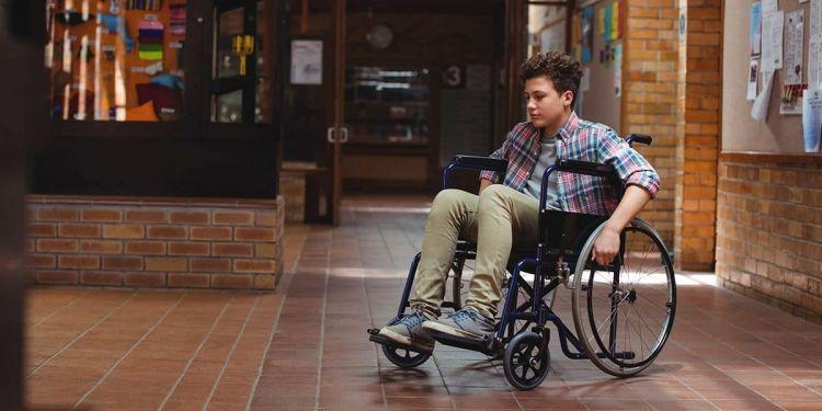 Niño con discapacidad en silla de ruedas en el colegio