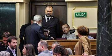 Pablo Echenique con el ujier y el presidente de la Mesa de Edad, Agustín Zamarrón. Dani Gago-Podemos.