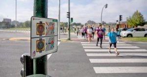Pictogramas colocados en los semáforos de Pamplona