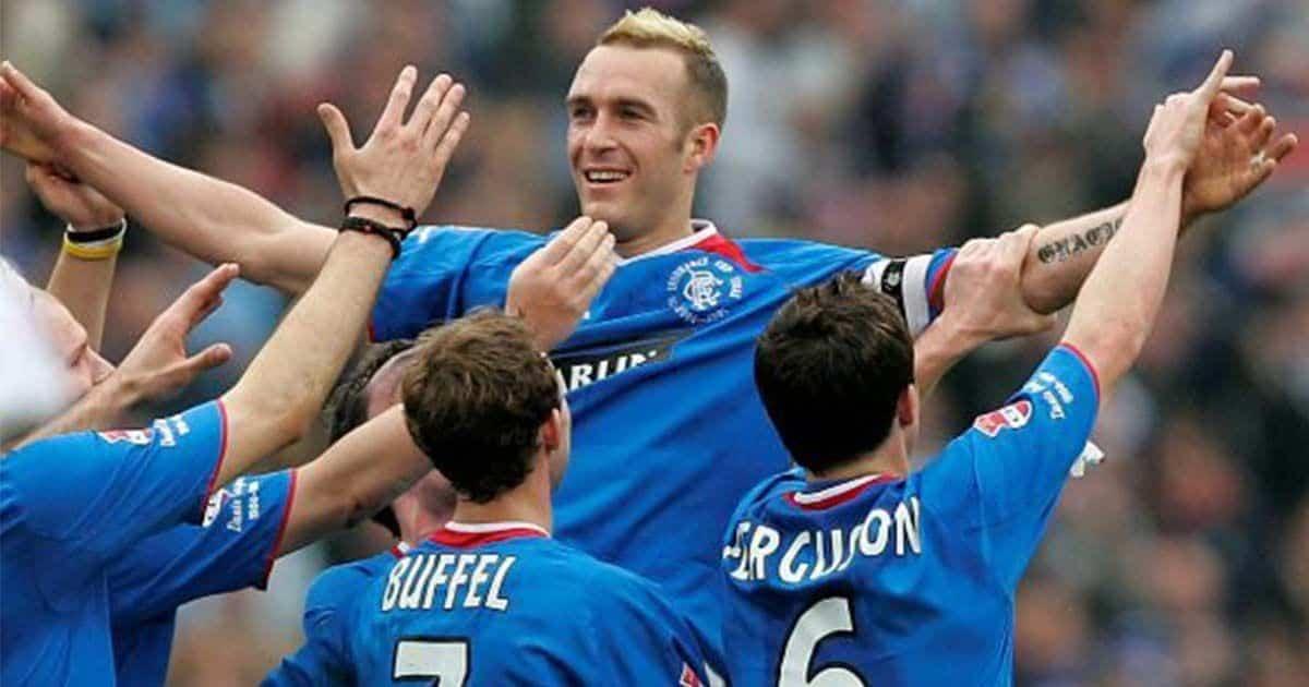 Ricksen celebrando un gol en su época en el Rangers