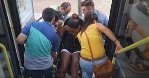 La chica siendo ayudada a bajar del autobús
