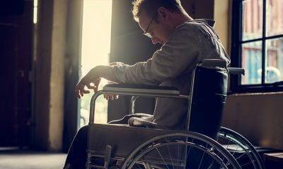 Joven cabizbajo en una silla de ruedas. Depresión