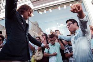 Alvaro Moreno saludando a un joven con síndrome de down