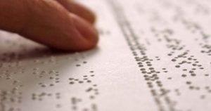 Mano leyendo en braille