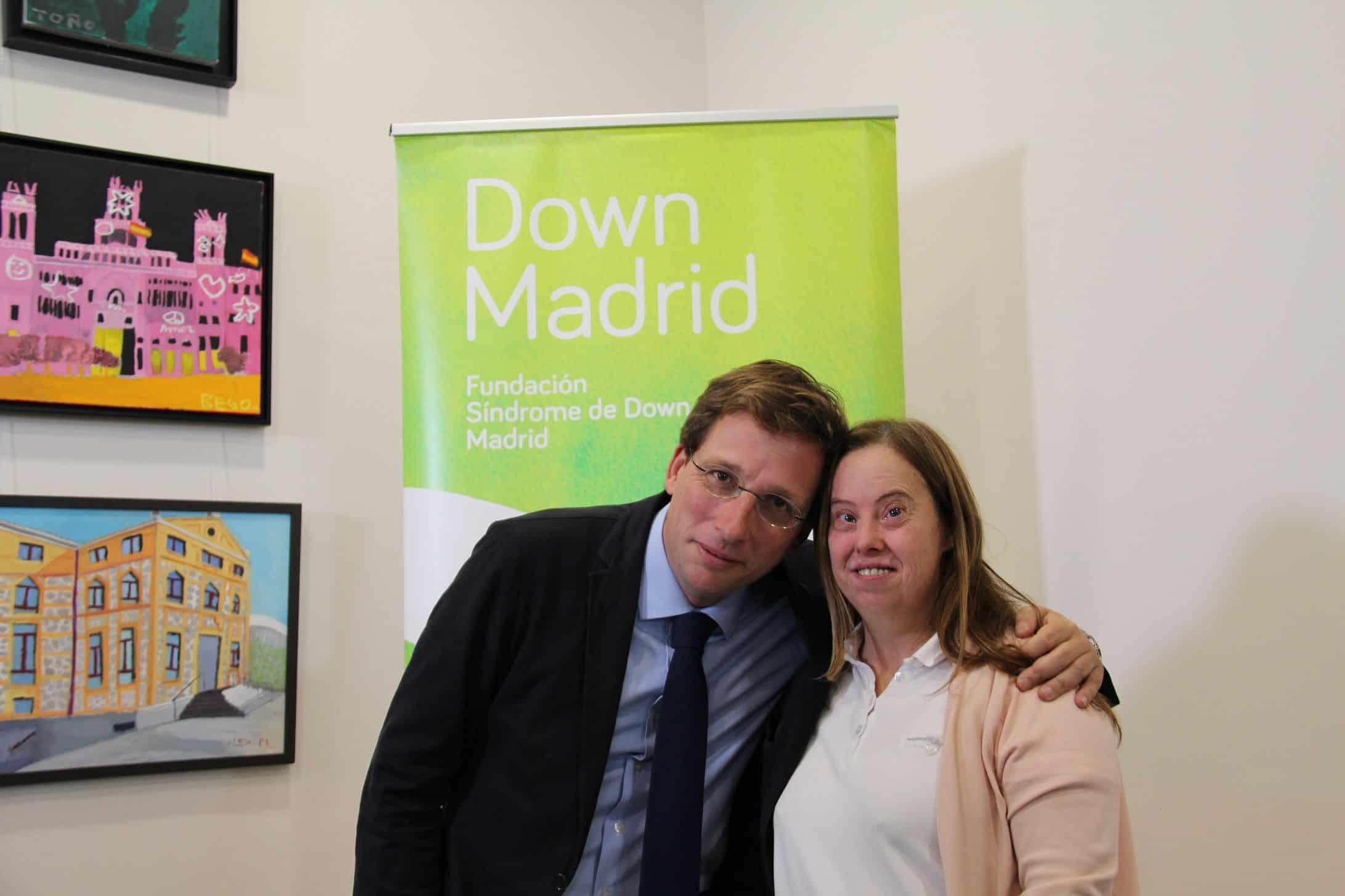 Almeida con una usuaria de Down Madrid
