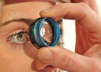 Una paciente en su cita de oftalmología