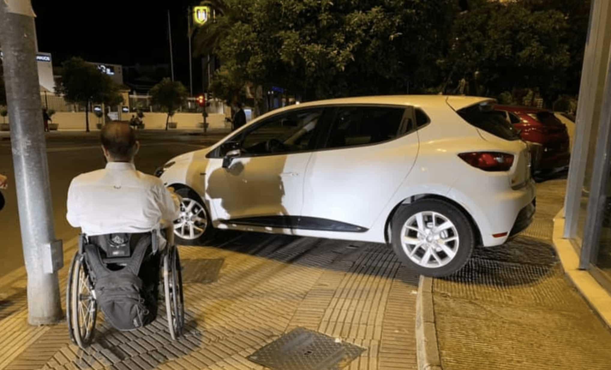 Francisco Zuasti accesibilidad coche mal aparcado