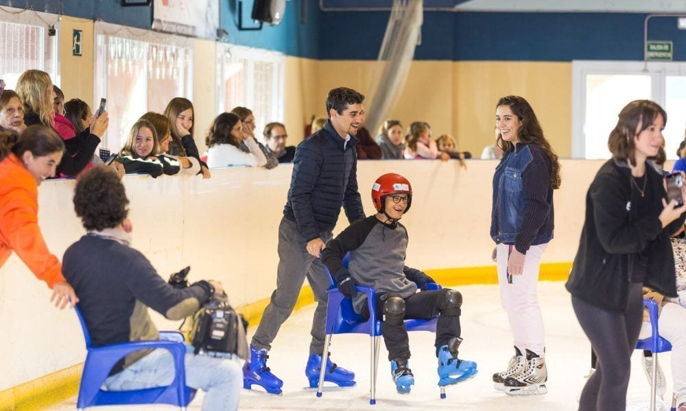 Javier Fernández enseñando a patinar a personas con discapacidad