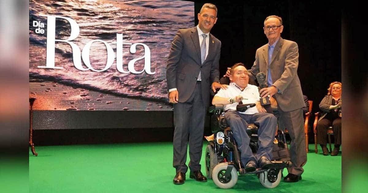 Juan José Lucero y su padre Juan recibiendo el galardón en el Día de Rota, su ciudad natal