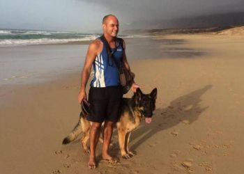 Pedro con su perro guía en la playa
