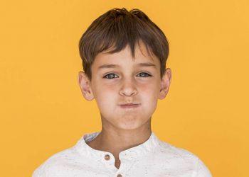 Niño con boca cerrada por mal aliento