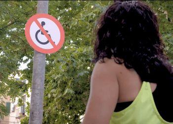 Cartel de prohibido pasar silla de ruedas