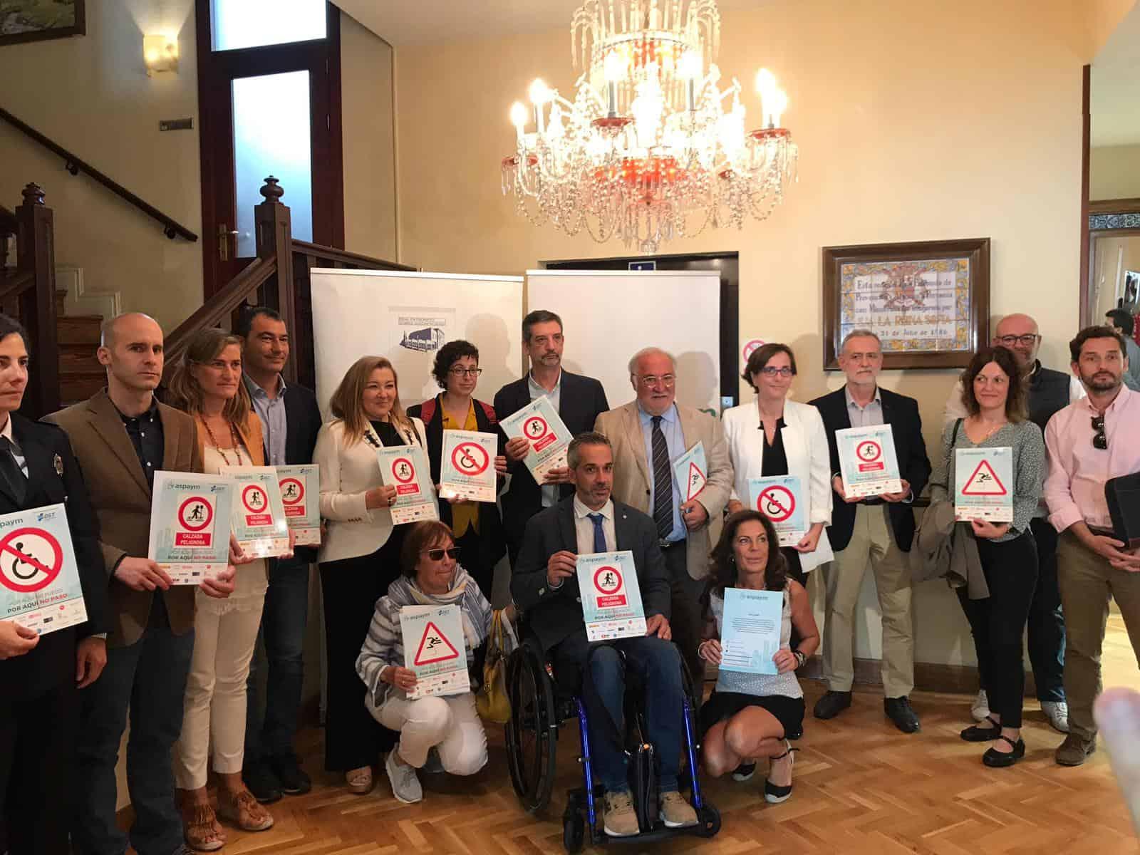 grupo de personas con el cartel de la campaña