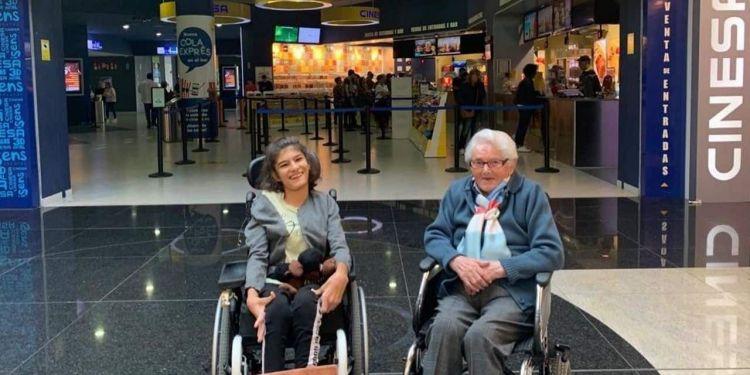 Bisnieta y bisabuela posando antes de entrar al cine