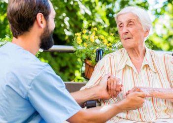 Cuidador junto a una anciana