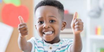 Niño sonriendo, en el día de la Felicidad