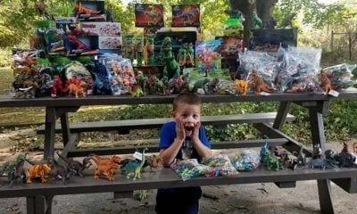 El pequeño junto a los juguetes que ha donado al hospital