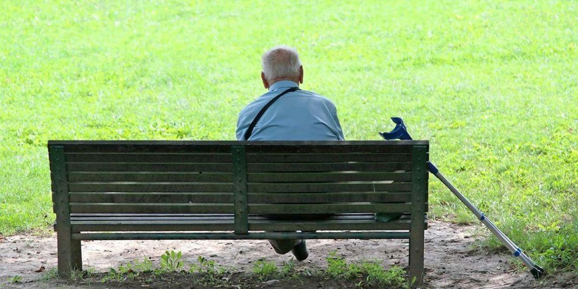 Personas mayores sola en un parque