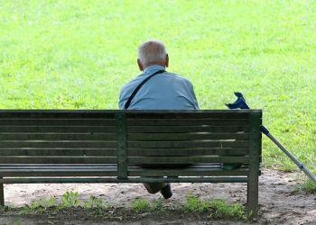 Personas mayores discapacidad sola en un parque