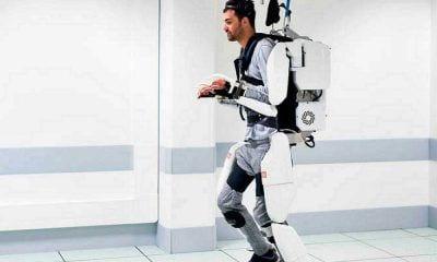 Hombre tetrapléjico con el exoesqueleto