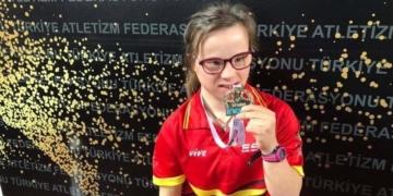 Blanca Betanzos muerde una de las medallas de oro ganadas en el pasado Mundial