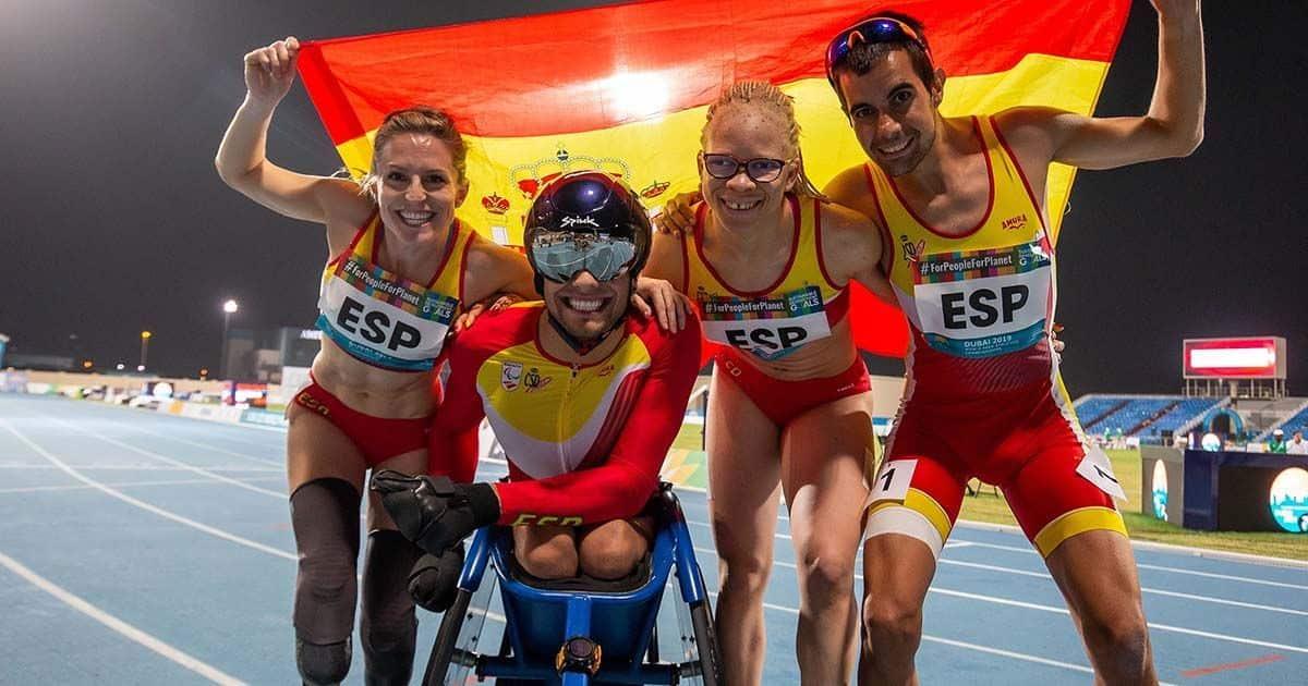 atletas con bandera de España