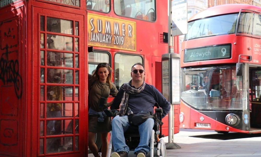 Pareja disfrutando de Londres en silla de ruedas.