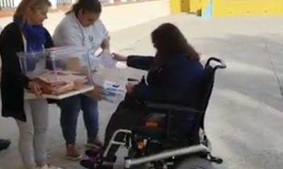 Mujer votando en la calle