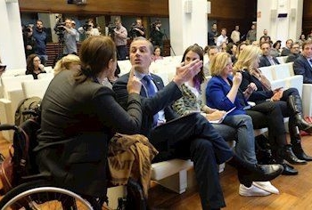 La representante de la Asociación Mujeres Marroquíes, Nadia Otmani, se enfrenta al portavoz de Vox en el Ayuntamiento de Madrid, Javier Ortega Smith, durante el acto municipal por el Día contra la Violencia Machista. - DAVID ARENAL