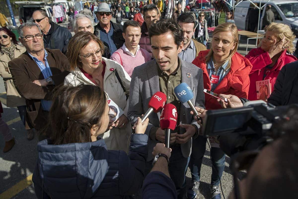 Pedro hablando ante los micrófonos