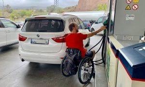 Usuario de silla echando gasolina