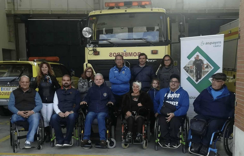 Usuarios de silla de ruedas junto a bomberos