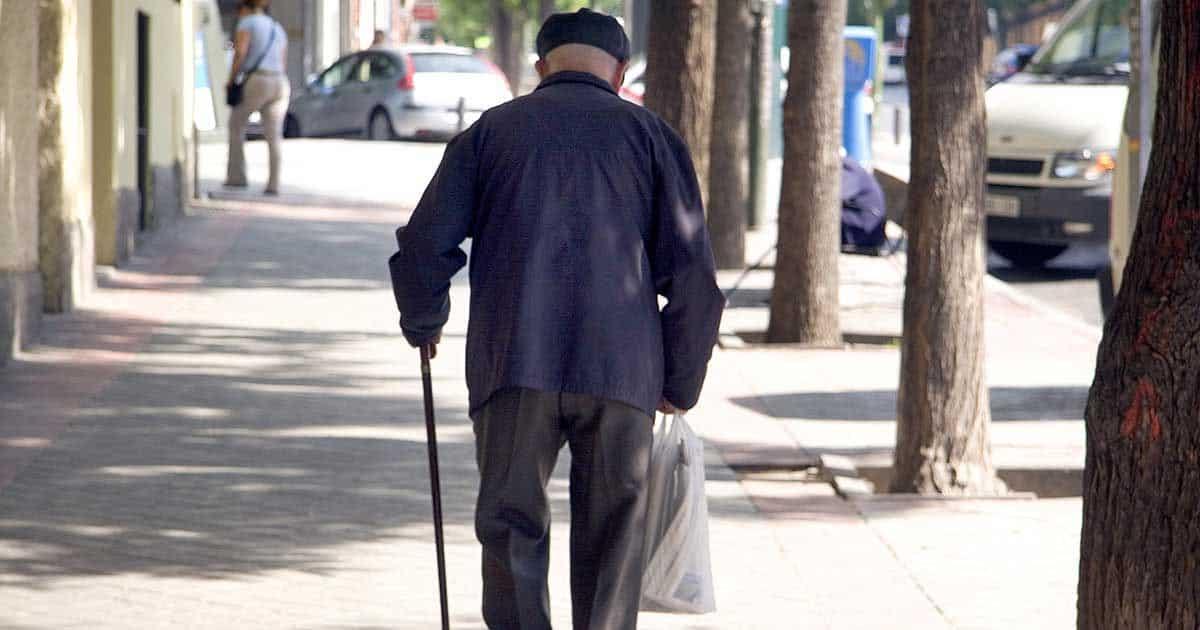 Un señor mayor paseando