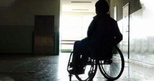 mujer silla de ruedas